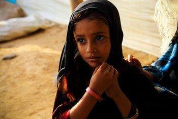 À Mazrak, au Yémen, une fillette de cinq ans, malnutrie, a reçu un bracelet rose pour montrer qu'elle n'a pas assez à manger. Photo HCR/Hugh Macleod