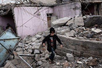 Criança brinca em ruínas de edifício destruído por combates entre forças de segurança iraquianas e Isil.