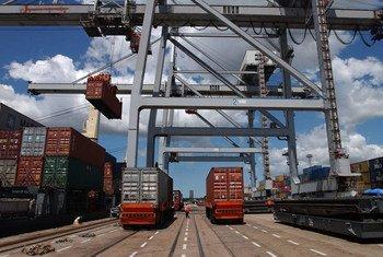 Ежегодно  на судах перевозится более 500 миллионов крупных стальных контейнеров.  Фото ФАО
