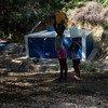 Les résidents remplissent leur récipient sur un site de collecte et de distribution d'eau dans une ville située à une heure de route de Port-au-Prince, en Haïti.