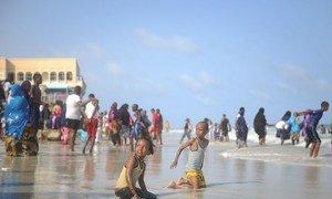 Des enfants somaliens jouant sur une plage de Mogadiscio, la capitale du pays. 400.000 enfants de la région seront vaccinés contre la polio et la rougeole.