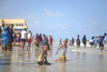 Watoto pamoja na vijana wengine wakicheza katika ufukwe wa Lido mjini Mogadishu