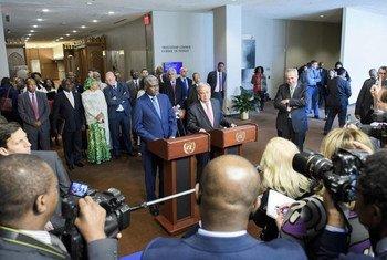 Le Secrétaire général de l'ONU, António Guterres, (devant le pupitre, à droite) et le Président de la Commission de l'Union africaine (UA), Moussa Faki Mahamat, s'adressent à la presse suite à la signature d'un accord cadre ONU-UA pour renforcer les partenariats en matière de paix et de sécurité. (archive)