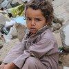 طفل يمني يجلس على حطام منزل أسرته في إحدى المدن اليمنية.
