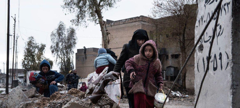 Una familia abandona su barrio, completamente destruido por los combates entre el ISIS y el ejército Iraquí, en Mosul. Foto: UNICEF/Alessio Romenzi