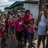 委内瑞拉民众排长队购买食物。