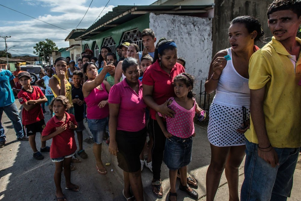 2016年6月,委内瑞拉库马纳的居民排队五个小时购买配给的面包。