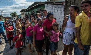 Venezolanos hacen cola para comprar comida en Cumaná.