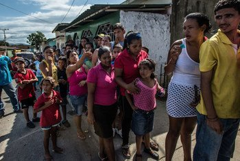 Des personnes attendent pendant cinq heures pour acheter une ration de pain d'une petite boulangerie à Cumaná, au Venezuela (archives).