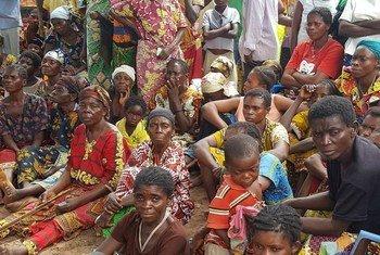 Des personnes revenues au village de Kasala, dans la province de Kasai, en RDC, attendent une distribution alimentaire par l'ONG COPROMOR et Christian Aid.