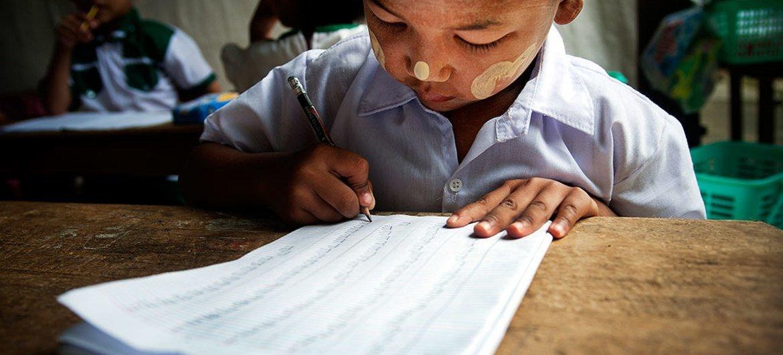Criança durante uma aula do jardim de infância em Tachilek, em Mianmar