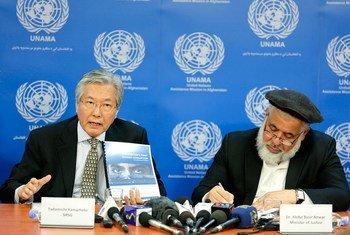 Le Représentant spécial pour l'Afghanistan Tadamichi Yamamoto (à gauche) et Abdul Basir Anwar, ministre de la Justice de l'Afghanistan, présentent un nouveau rapport sur les progrès réalisés par le pays dans la lutte contre la corruption. Photo MANUA/Fardin Waezi