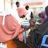 Un enfant est vacciné contre la rougeole lors d'une campagne de vaccination au camp de Beerta Muuri à Baidoa, en Somalie, en avril 2017 (archives).