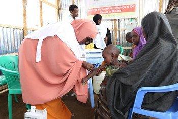 Un enfant est vacciné contre la rougeole lors d'une campagne de vaccination au camp de Beerta Muuri à Baidoa, en Somalie, en avril 2017 (archives). Photo UNICEF/Yasin Mohamed Hersi