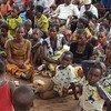 Personas que tuvieron que dejar sus hogares en Kasai esperan a que les repartan comida en un centro de acogida. Foto:Joseph Mankamba/OCHA-RDC