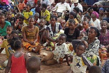 Des personnes de retour dans leur village de Kasala, dans la région des Kasaï, attendent une distribution alimentaire par une ONG. Photo Joseph Mankamba/OCHA-RDC