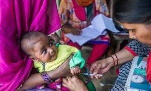 Una enfermera vacuna contra la polio a niños y mujeres embarazadas en Uttar Pradesh, India. Foto: UNICEF/Prashanth Vishwanathan