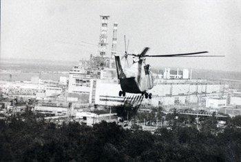 Вертолет во время операции по ликвидации последствий на Чернобыльской АЭС