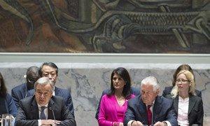 Le Secrétaire général António Guterres (à gauche) s'adresse à la réunion ministérielle du Conseil de sécurité sur les programmes d'armes nucléaires et de missiles balistiques de la République populaire démocratique de Corée (RPDC). À droite, Rex W. Tillerson, Secrétaire d'État américain et président du Conseil de sécurité pour avril. Photo ONU/Eski