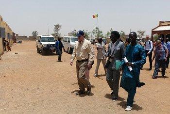 Le Directeur des opérations du Bureau de la coordination des affaires humanitaires des Nations Unies (OCHA), John Ging, visite une école à Mopti, dans le centre du Mali, en avril 2017. Photo OCHA/A. Desgroseilliers