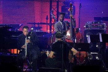 Los jazzistas Wayne Shorter, Dhafer Youssef y Ben Williams actuán durante el Día Internacional del Jazz en 2015 celebrado en París, Francia. Foto Archivo:Kristy Sparow/Getty Images para el Thelonious Monk Institute of Jazz