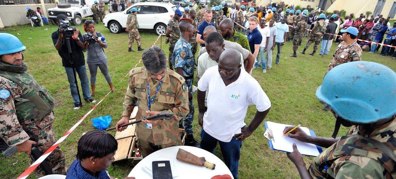 Oficiales de la ONUCI realizan una operación de desarme, desmovilización y reintegración con excombatientes en la zona de Abobo, en Abiyán, en febrero de 2012. Foto ONU/Hien Macline