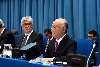 Le Directeur général de l'AIEA, Yukiya Amano (à droite), s'adresse au Comité préparatoire de la Conférence des Parties chargée d'examiner en 2020 le Traité sur la non-prolifération des armes nucléaires.