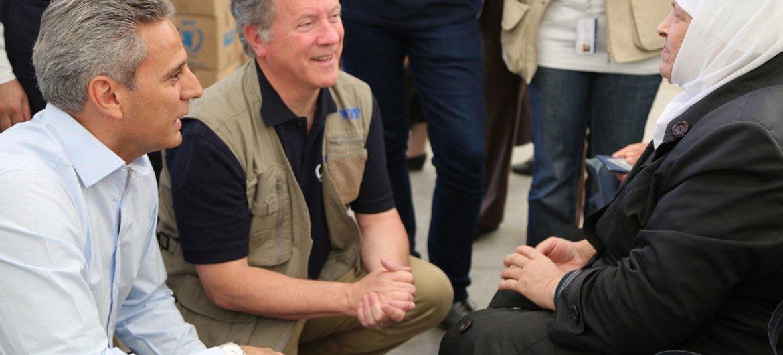 世界粮食计划署新任执行主任戴维·比斯利在叙利亚时同一位年过七旬的妇女交谈。