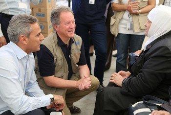 المدير التنفيذي لبرنامج الأغذية العالمي يتحدث إلى نازحة سورية تعتمد على مساعدات البرنامج. الصورة: عبير عطيفة-برنامج الأغذية العالمي