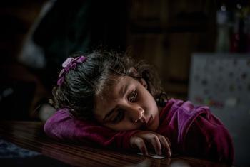 希腊莱斯沃斯岛一个由志愿者运营的露天难民营内,一名8岁的叙利亚难民女童。