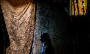 尼日利亚博尔诺州迈杜古里的一处庇护所内,一位名叫达达的15岁女孩和她两岁的孩子。达达在12岁时与姐姐一同遭到了武装团体博科哈拉姆的绑架。