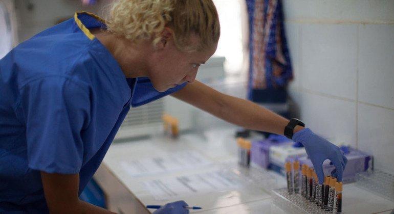 Kimberley Steeds, una de los científicos que trabajan en una vacuna contra el ébola, en los laboratorios del hospital de Donka en Conakry, Guinea.