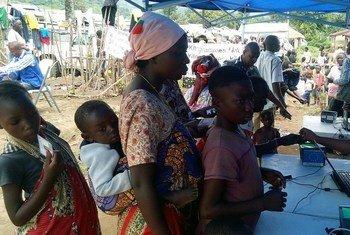 Nord-Kivu, République démocratique du Congo : des personnes déplacées collectent des denrées alimentaires dans le camp de Bweramana (archive)