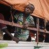 Un joven refugiado sursudanés se asoma desde un camión en el que viaje para el campo de regufiados de Impevi, en el distrito de Arua, en Uganda. Foto: ACNUR/Daviz Azia