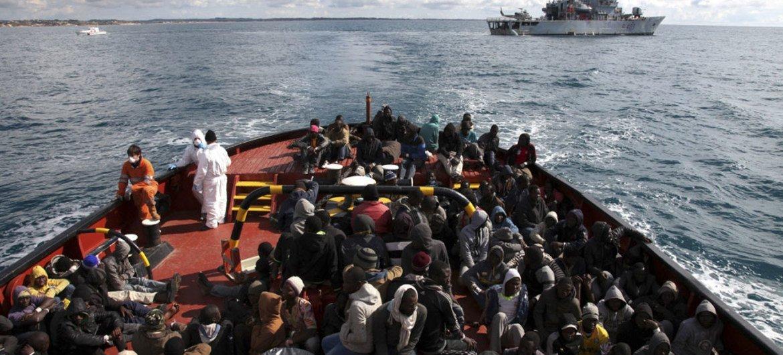 مهاجرون ولاجئون تم إنقاذهم في البحر المتوسط