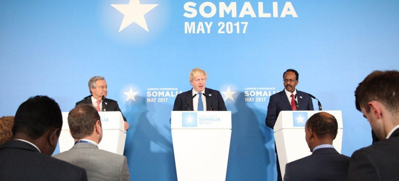 De gauche à droite: le Secrétaire général des Nations Unies, António Guterres, le Secrétaire d'Etat britannique aux affaires étrangères, Boris Johnson, et le Président de la Somalie, Mohamed Abdullahi Mohamed de Somalie, lors d'une conférence de presse conjointe à la Conférence de Londres sur la Somalie.