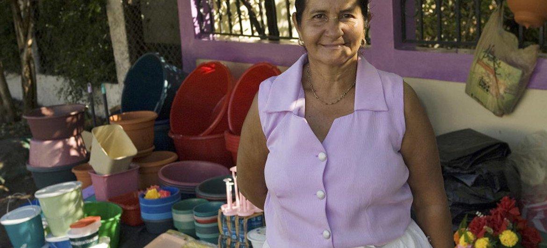 La dueña de esta tienda de artícuols para el hogar en Valle, Honduras, comenzó su negocio con la ayuda de microcréditos. Foto: ONU / Mark Garten