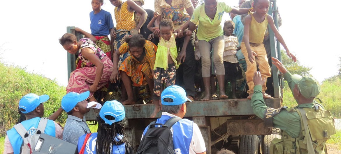 Congolese women and children arrive at a border point in Chissanda, Lunda Norte, Angola after fleeing militia attacks in Kasai Province, Democratic Republic of the Congo. UNHCR workers were waiting to register them and organise onward transportation to camps or settlements.
