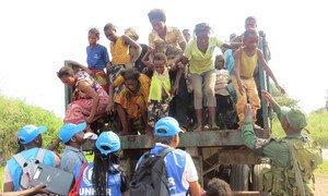 Des femmes et des enfants congolais arrivent en mai 2017 à un point frontalier à Chissanda, en Angola, après avoir fui les violences dans la province du Kasaï, en République démocratique du Congo (archives). Photo HCR/Pumla Rulashe