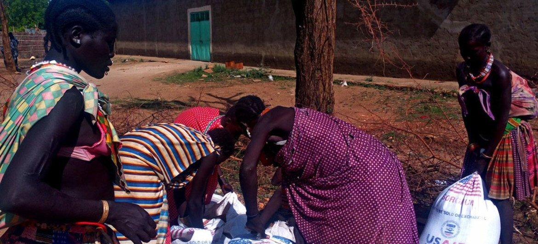 Au Soudan du Sud, le PAM distribue des vivres à 70 000 personnes dans la région du Grand Kapoeta. Les fonds flexibles reçus par le PAM permettent à l'agence d'intervenir aussi bien dans des situations d'urgence soudaines que dans des crises prolongées.