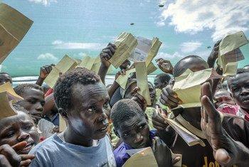 Refugiados sursudaneses piden ser registrados en el centro de recepción de Imvepi, en el norte de Uganda. Foto: ACNUR/Jiro Ose
