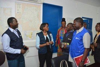 世卫组织非洲区域主任莫提博士(中)访问刚果民主共和国首都金沙萨。