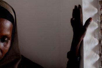 Une femme dans un refuge pour jeunes filles et femmes ayant subi des violences sexuelles et sexistes, à Mogadiscio, la capitale de la Somalie.