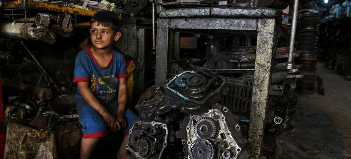 A joint ILO-UNICEF report is urging action to ensure that social protection reaches all children, like 6-year-old Mustafa who works with his father in an industrial area of Baghdad, and protects them from poverty and deprivation.