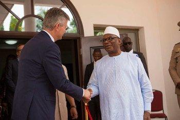 Le Président du Mali, Ibrahim Boubacar Keïta (à droite), accueille le Secrétaire général adjoint aux opérations de maintien de la paix, Jean-Pierre Lacroix, au début de sa visite de trois jours.