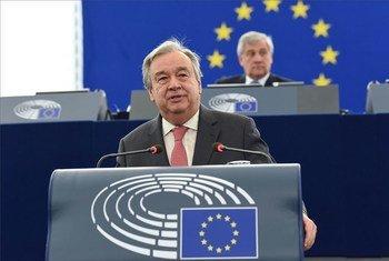 Le Secrétaire général des Nations Unies António Guterres s'exprime au Parlement européen à Strasbourg. Derrière lui, Antonio Tajani, Président du Parlement européen. Photo Union européenne 2017- Source: EP