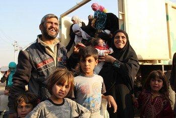 Six membres d'une famille fuyant l'offensive sur la ville iraquienne de Mossoul, célèbrent leurs libertés retrouvées à la descente d'un camion transportant d'autres familles.