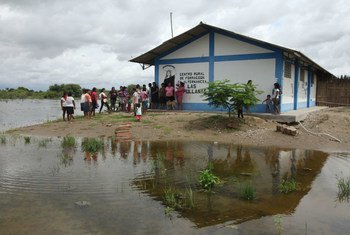 Resident shelter from floodwaters next to a rural education centre in Primavera, a rural community in Cura Mori District , 32 kilometres from the city of Piura, Peru. In the North Coast departments of the country, some 445 000 people – 59 per cent of affected households – are food insecure.