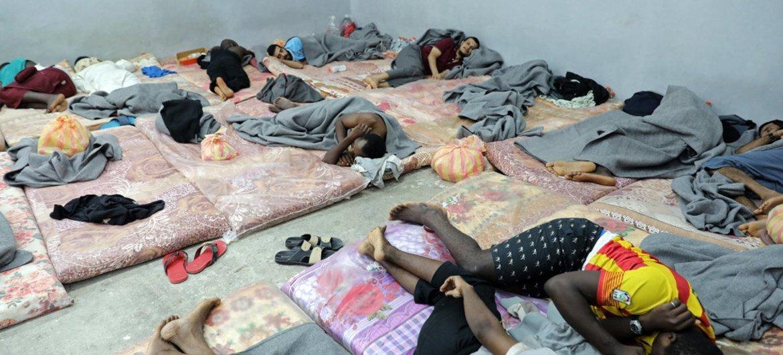 Мигрантов, стремящихся в Европу, в Ливии помещают в переполненные места задержания Фото УВКБ/Ясон Фунтен