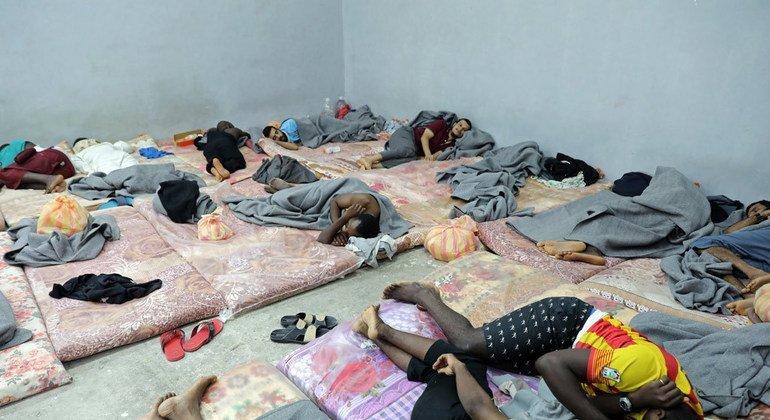 Decenas de inmigrantes en un centro de detención el Libia.
